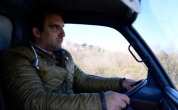 Bruno Mendes é um dos muitos vendedores ambulantes que circula pelo interior do país